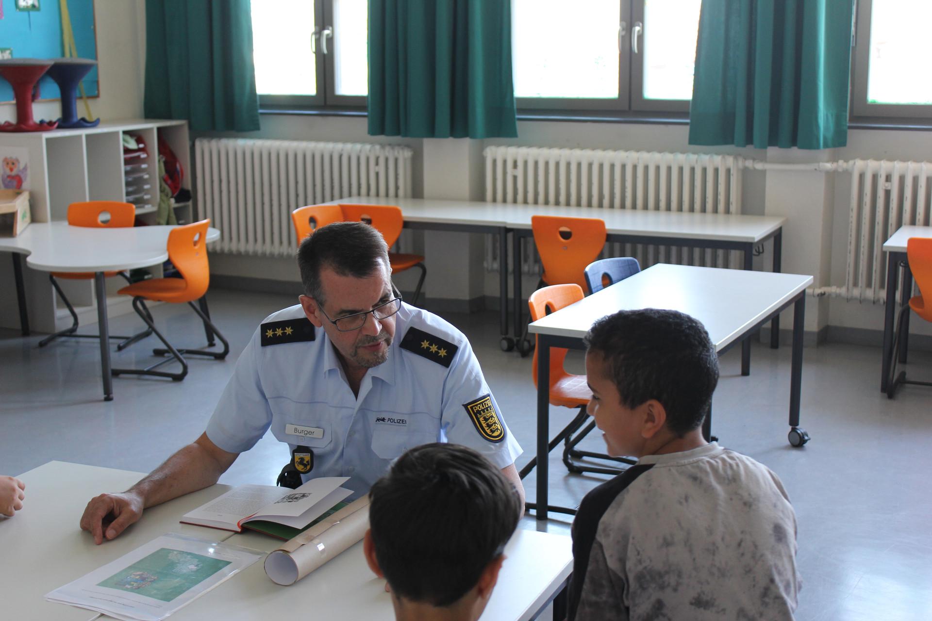 Polizisten lesen vor Leseohren Stuttgart